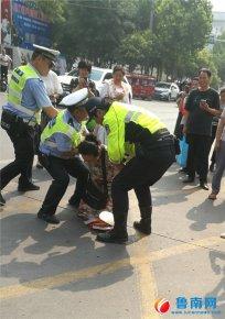 交警帮考生取回考试工具袋,家长下跪致谢