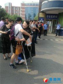 学生高考,骨折老师忍痛为学生加油