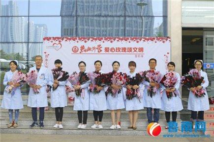 献血者日,1600支爱心玫瑰送给献血者
