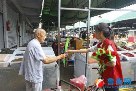 国网临沂供电公司志愿者雨中送玫瑰