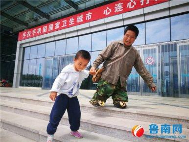 跪地行走的超级奶爸:失去双脚,妻子瘫痪,他并未向人生低头