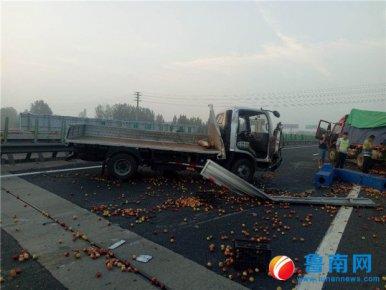 疲劳驾驶惹祸端,5000斤桃子桃散落高速路上