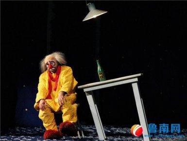 中俄红色交流年系列活动――《斯拉法的下雪秀》在临沂大剧�