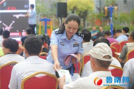 """临报集团与交警联合开展""""固定服务日""""志愿活动"""