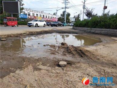 河东区汤河镇:部分道路损坏有积水,个别店铺乱堆乱放