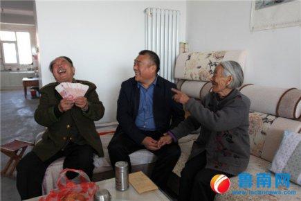 沂南县南村社区为老年人发红包