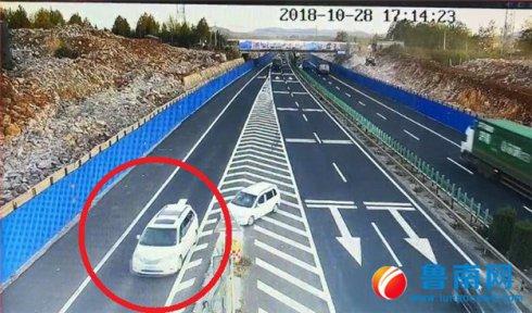 危险!司机错过路口在高速上违法倒车