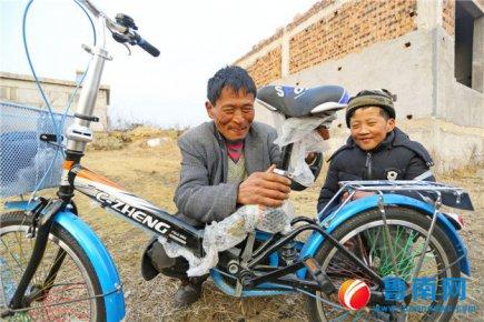 12岁男孩夏见庚终于骑上了自行车