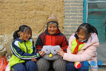 莒南双胞胎姐妹:暖手宝送奶奶 希望她的手不再疼