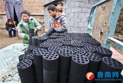11岁男孩带着弟弟跟8旬太奶奶生活:想要300块煤球温暖一冬