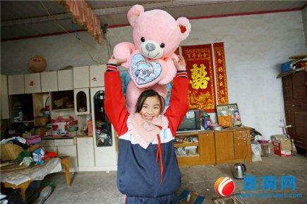 1个毛绒娃娃,10岁的美英盼了三年