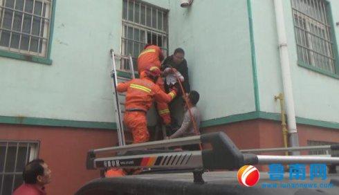 3岁男童头卡防盗窗身体悬空,男子路过托举10多分钟等待救�
