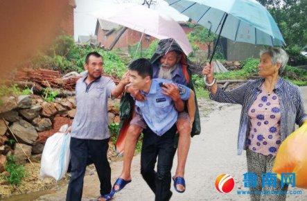 """台风面前,逆风而行――前线民警的战""""马""""见闻"""