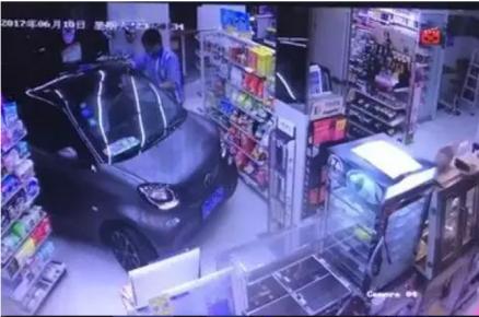 男子雨天开车进便利店买薯片 吓坏店员