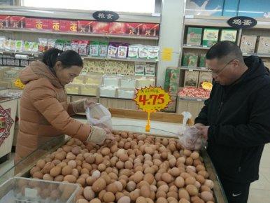 """临沂鸡蛋零售价破""""5"""" 养殖户坦言填不平上半年亏损的""""�"""