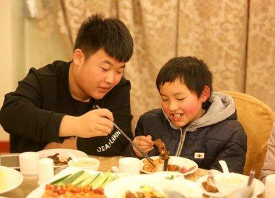 剥虾壳、夹肉片、盛汤饭 这个城里的小哥哥真会照顾人
