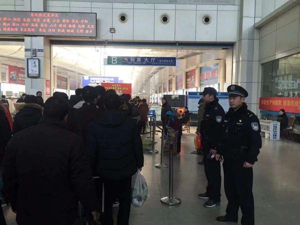 三名警察春节外出撒欢落仓鼠感慨逃犯春节不上老婆法网包要表情图片