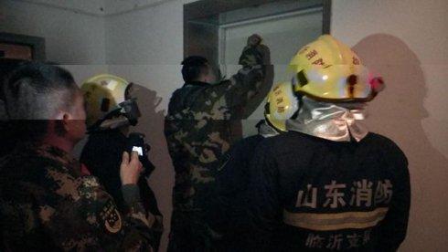 外卖小哥被困电梯,兰山民警火速救援