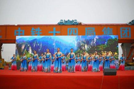 """慰问演出暖人心 建设工人乐开怀  """"我们的中国梦""""鲁南�"""