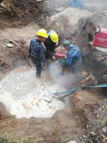 除夕小区供暖管道漏水 热力公司工人连夜抢修