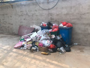 垃圾成堆、杂物乱放、小广告占领宣传栏 部分社区环境问题