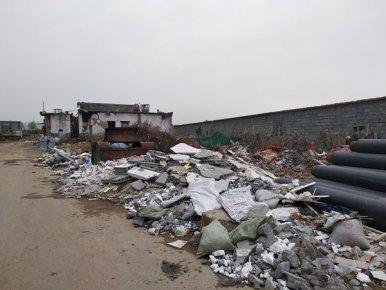 垃圾成堆、污水横流、坑洼不平 这俩背街小巷不够干净