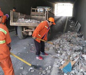碎瓷砖撒一路 环卫工忙清理 城管提醒货车司机:运输建筑材�
