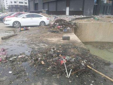"""污水外流、垃圾遍地、路面破损 个别小巷""""颜值""""大打折扣"""
