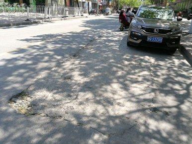 路面损毁、占用盲道、缺少交通标示……这几条主次干道还有