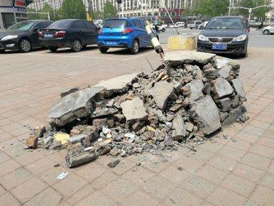 水泥墩受损成了一堆水泥块 堆在临沂主城区主干道路口真难看