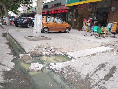 """曝光点位""""回头看"""" 红旗一巷巷口:污水仍旧外流,气味更加�"""