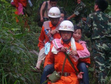 临沂消防20人救援队奋战汶川 救助三千余名群众走出大山
