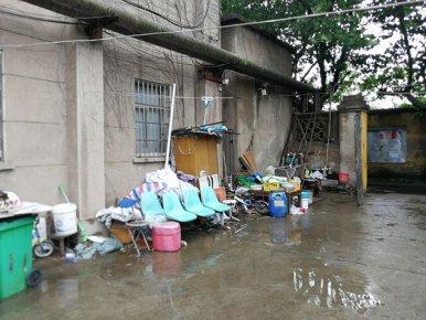 杂物乱堆乱放、路面安装地锁 老旧家属院问题真不少