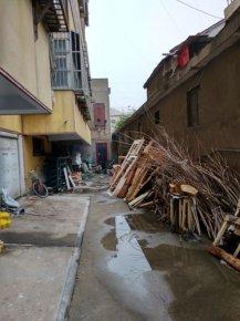 商城路丝绸小区:乱堆杂物现象严重