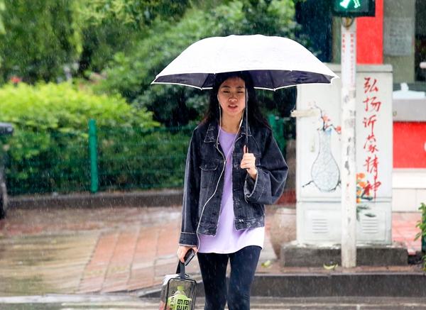 雨中众生相
