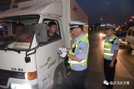 河东交警夜查货车超限超载打造平安交通