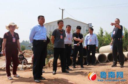 泉庄镇人大代表、政协委员视察公墓改造提升工作