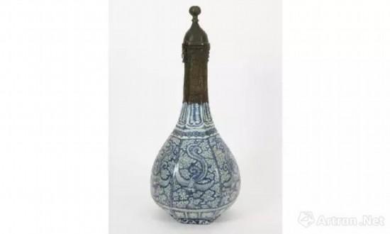 云头凤纹六棱瓶 明代嘉靖年间 意大利法恩扎国际陶瓷博物馆藏