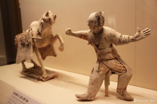 彩绘陶马与胡人驯马俑  唐代(618年-907年)  俑高36.8cm  马高40cm 中国国家博物馆藏