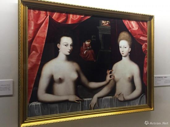 《加百列和她的妹妹》  约1594年  枫丹白露画派画家  木板油画  96x125cm  原件收藏于法国巴黎卢浮宫,此次展出为复制品。