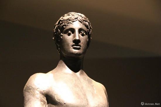 男青年青铜雕像局部