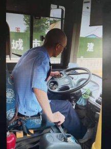 临沂一公交司机边开车边看手机  网友:拿一车人的生