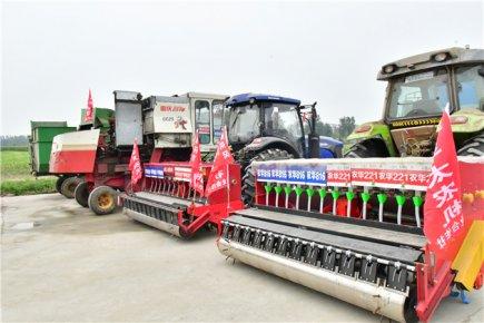 罗庄区12.8万亩玉米全程机械化开镰收割