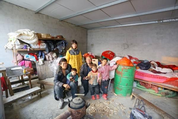 李娜一家8口人生活在一间30余平方米的棚子里。_conew1.jpg