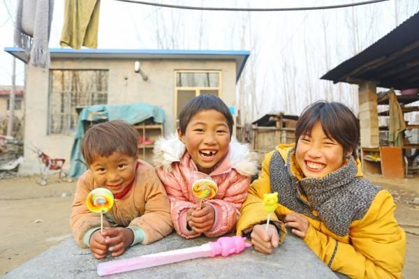 吃着圆梦小分队带来的糖果,李娜和妹妹们喜不自禁。(2)_conew1.jpg