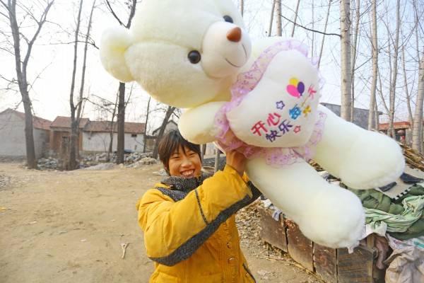 """""""我有自己的玩具熊啦。""""终于抱上了属于自己的毛绒玩具,李娜兴奋地叫了起来。_conew1.jpg"""