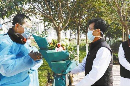 新冠肺炎治愈者王先生:发现不对劲 立马去检查