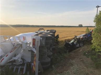 两车相撞侧翻路沟 临沭消防员紧急救助被困司机