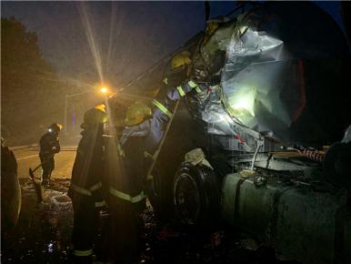 紧急!30吨油罐车遭遇车祸 罐体破裂豆油汩汩泄漏