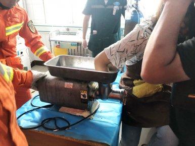 年轻女子手卡绞肉机 消防、医护人员合力救治